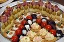 Коктейлни хапки - 90, 140 или 170 броя, аранжирани и декорирани за директно сервиране