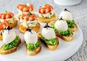 90 броя мини сандвичи - аранжирани и декорирани в плата за директно сервиране