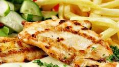 Вкусно хапване за вкъщи! Пилешка пържола на плоча с комбинирана гарнитура + пържени картофки и пърленка - за 4.50лв, от Пица Стамболийски