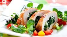Хапнете вкусна и полезна салата Витамина + пилешко руло със спанак и сос от сирена + гарнитура ориз само за 6.90лв, от Ресторант Санури