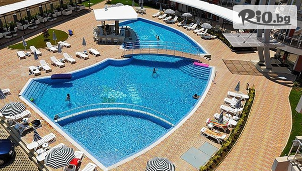 Лятна почивка на метри от плажа в Лозенец! Нощувка за до четирима + басейн, шезлонг и чадър, от Апартхотел Емберли