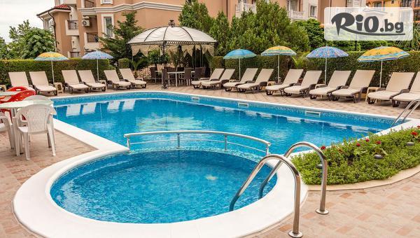 През Юни в Свети Влас на 150 метра от плажа! Нощувка + басейн, чадър и шезлонг, от Семеен хотел Венера 3*