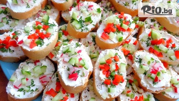 За вашето парти! 5 плата с 90 броя мини сандвичи и кроасанчета аранжирани и декорирани за директно сервиране, от Криейтив кетъринг