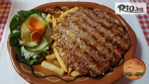Плескавица, салата и картофи