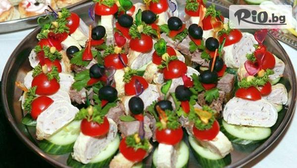 Плата с 90 броя мини сандвичи - аранжирани и декорирани в плата за директно сервиране, от Кулинарна Работилница Deli4i