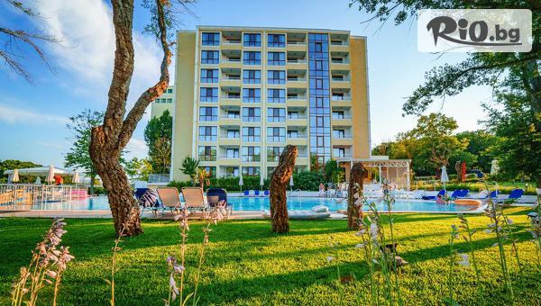 5-звездна почивка в Приморско! Нощувка със закуска + външен басейн, чадъри и шезлонги, и Безплатно на дете до 11.99г., от Хотел Перла Роял на 15 метра от Южния плаж