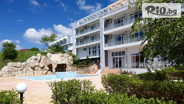 Почивка през Август в Свети Влас! Нощувка + басейн, шезлонг и чадър, от Хотел Котва 3* на 100м от брега на морето