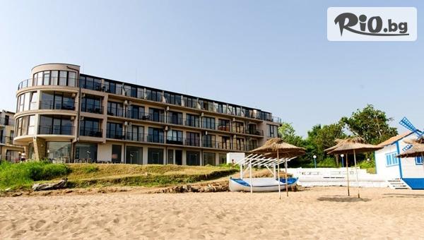 Почивка в Черноморец през ТОП сезон! Нощувка със закуска и вечеря + чадър и шезлонг на плажа, от Лост Сити