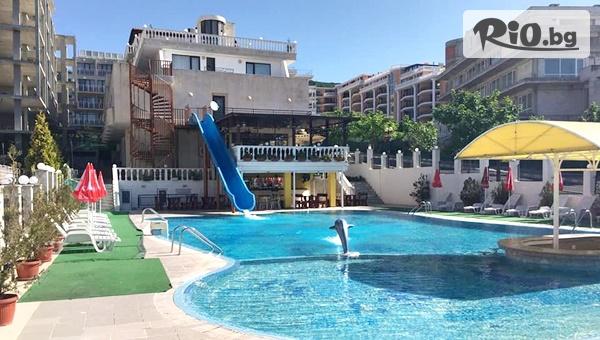 Ранни записвания за почивка в Свети Влас! Нощувка на база All Inclusive + басейн с водна пързалка, от Хотел Корона на 50м от плажа