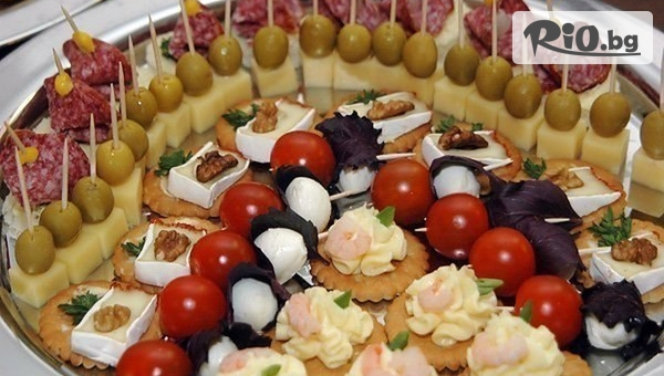 Коктейлни хапки - 90, 140 или 170 броя, аранжирани и декорирани за директно сервиране, от Кулинарна Работилница Deli4i