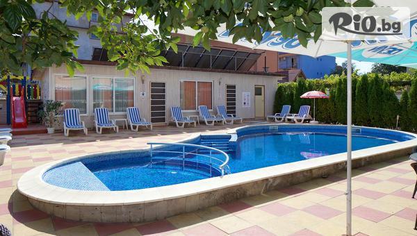 Лятна почивка в Несебър! Нощувка + басейн, чадър и шезлонг, от Хотел Пешев 3*