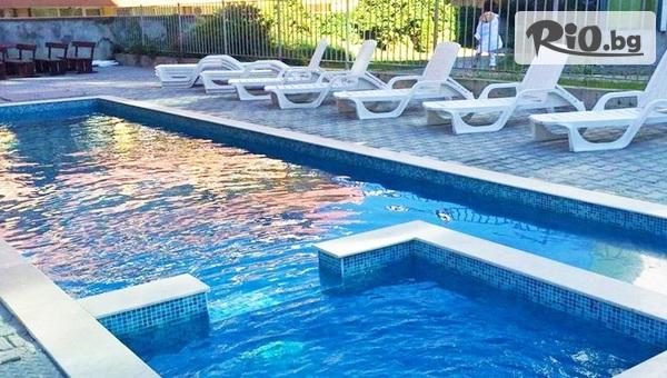 Лято в Приморско! Нощувка + басейн и шезлонг, от Комплекс Венера само на 30 метра от Северния плаж