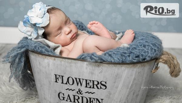 Професионална фотосесия за новородени в студио, с декори и аксесоари, с 10 обработени кадъра с 51% отстъпка, от Venera Milanova Photography